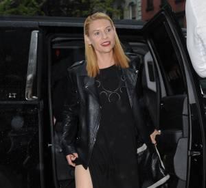 Claire Danes ose plus que jamais et dévoile ses jambes dans une robe très fendue.