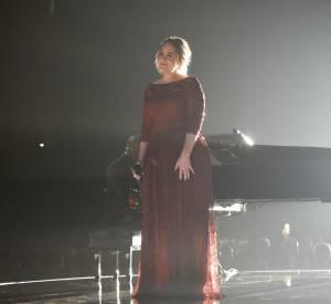 En robe en dentelle Givenchy, Adele est à la fois originale et très chic.