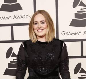 Stupéfiante de beauté, Adele fait le show dans sa robe brillante Givenchy.