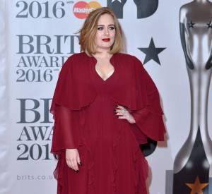 Dans cette robe rouge Giambattista Valli, Adele est saisissante de beauté.