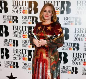 Dans cette robe Valentino à paillettes, Adele ose se dévoiler tout en féminité.