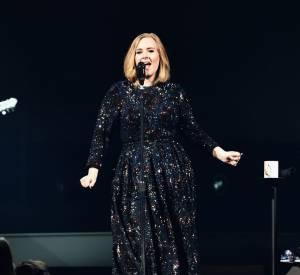 Sur scène, Adele est sobre mais toujours parfaitement élégante.