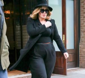 Total look noir oui mais Adele sait le mettre en valeur avec des boots lacées très sexy et un chapeau très chic.