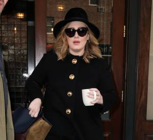Le look british, Adele le maitrise à la perfection. La preuve avec ce manteau boutonné, elle nous donne envie de l'appeler Lady.