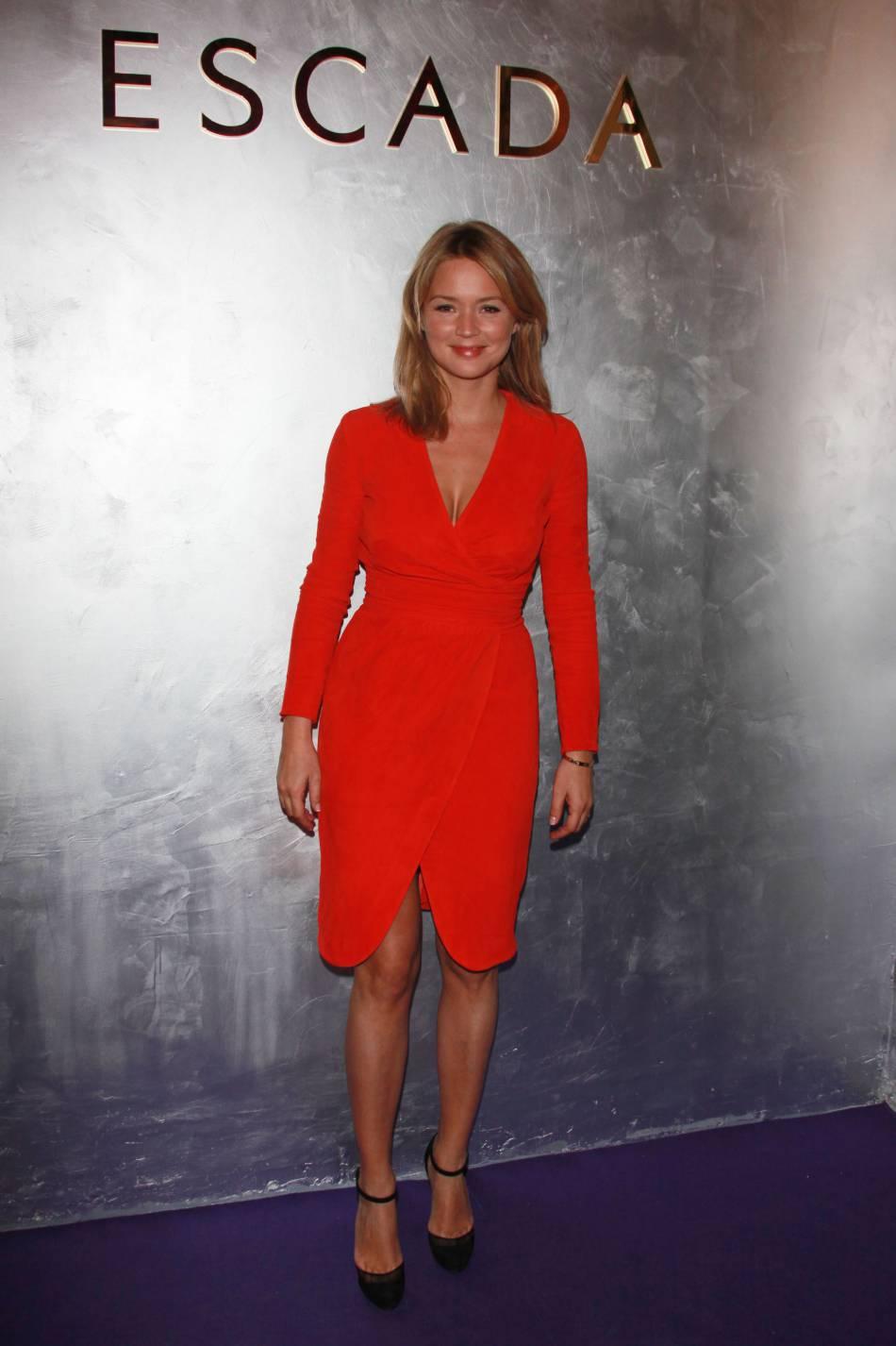 """Virginie Efira et le rouge glamour lors d'un évènement """"Escada"""" à Paris en 2011."""