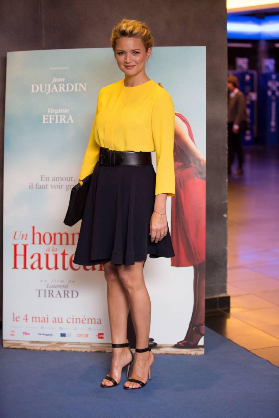 """Virginie Efira se faisait reine du style en jaune et noir pour la promotion de """"Un homme à la hauteur""""."""