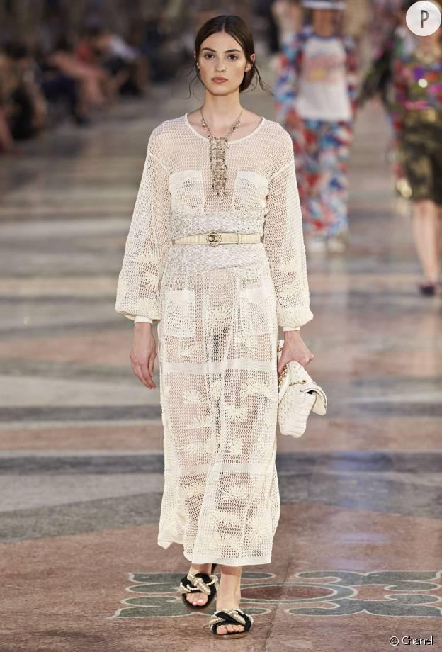 Longue robe blanche ou noire, Chanel sait aussi jouer la carte de la sobriété.