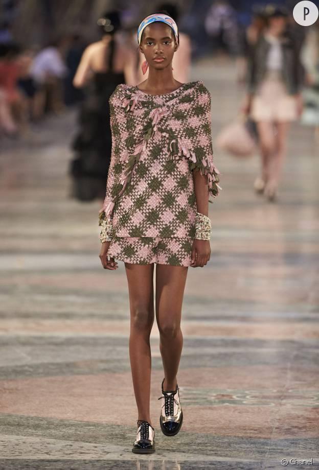 Le tweed adopte de nouvelles teintes plus modernes sur le défilé Croisière.