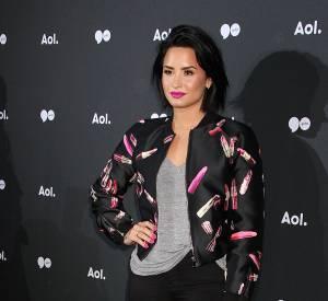 Demi Lovato opte pour un look grungy avec une touche de rose pour le côté girly!
