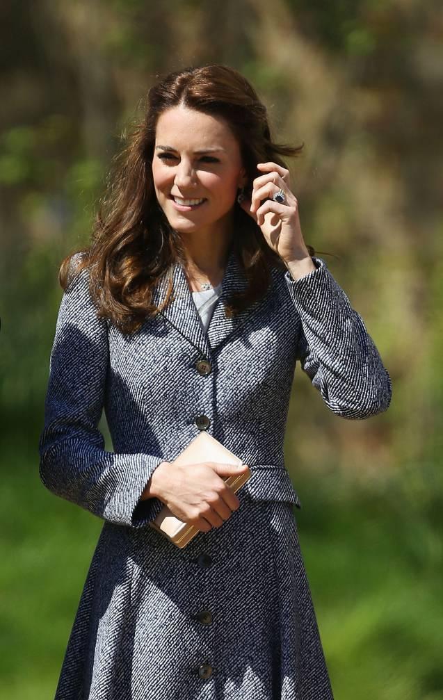 La duchesse de Cambridge a opté pour un manteau gris signé Michael Kors qu'elle avait déjà porté lors de son voyage en Australie, en 2014.