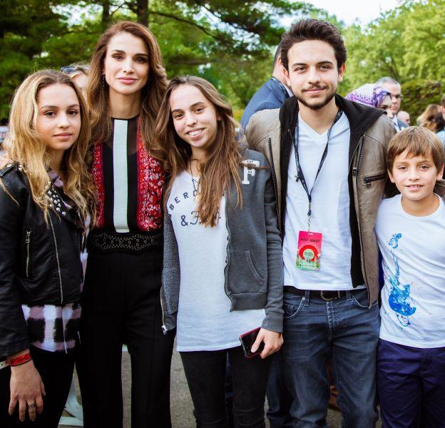 La reine Rania de Jordanie entourée de ses enfants.