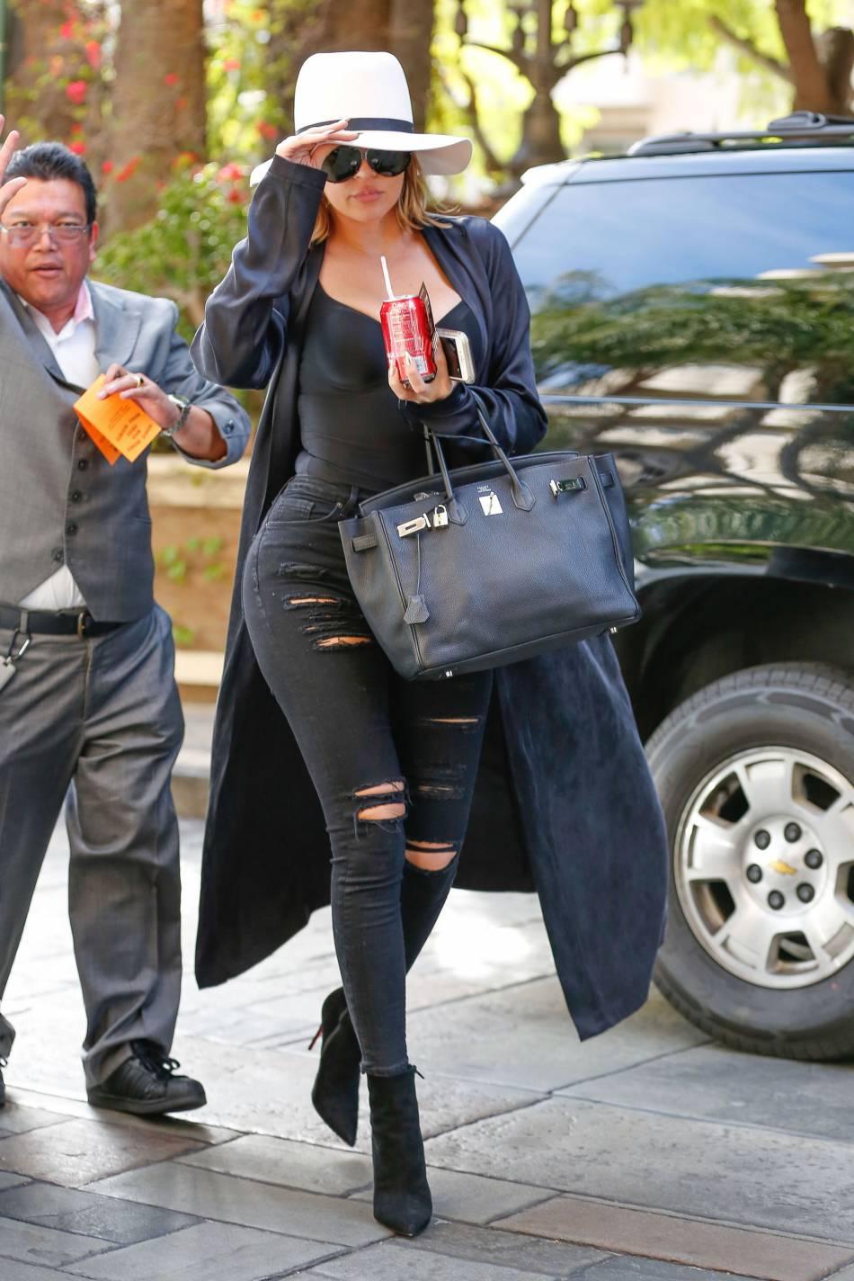 Khloe Kardashian, diva pulpeuse et fumeuse à Cuba.