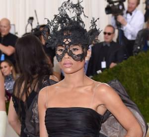 Au gala du MET, ZoëKravitz joue le mystère jusqu'à porter un masque.