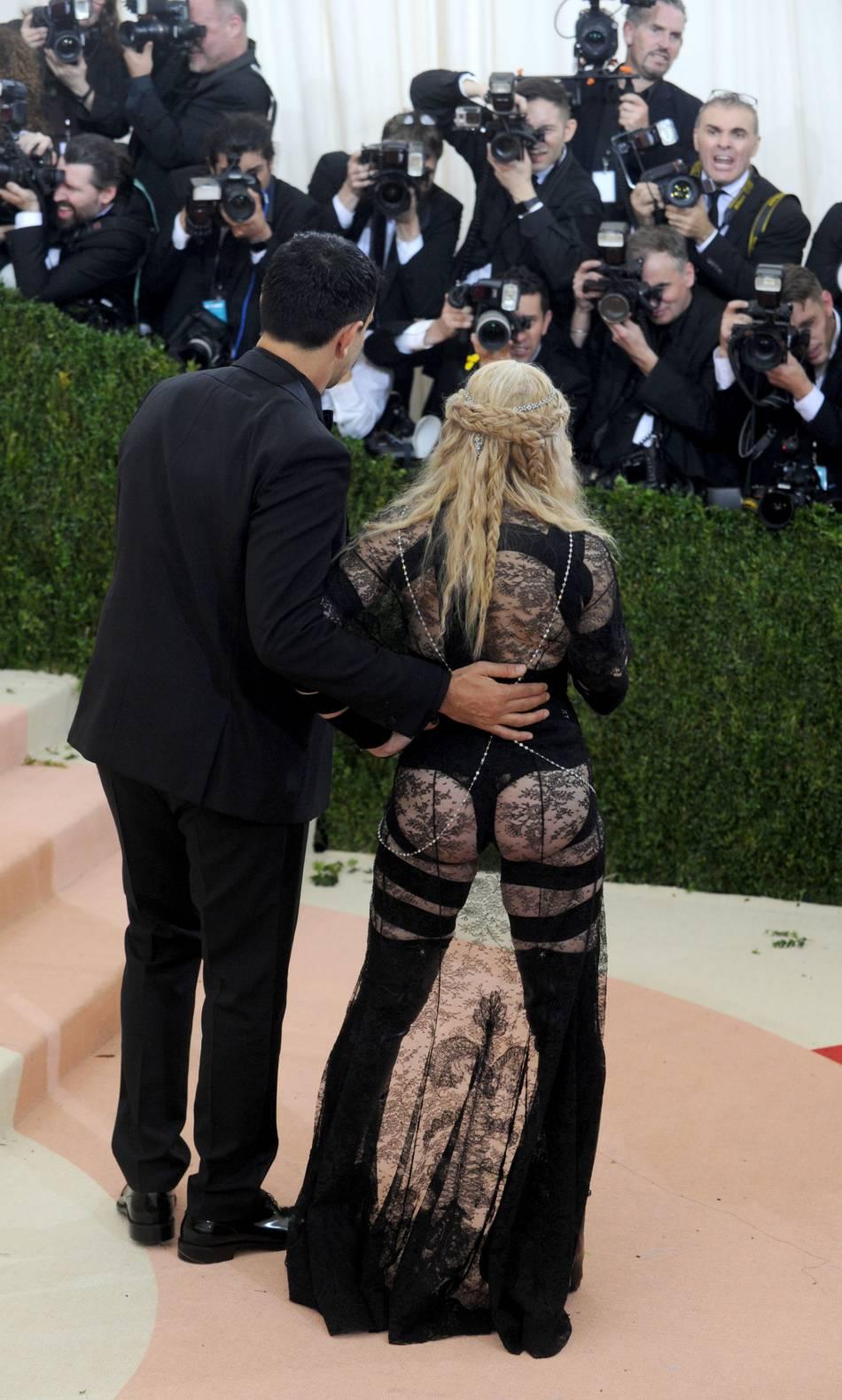 Madonna, montrer ses fesses pour faire avancer la cause féminine, bonne ou mauvaise idée ?