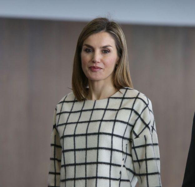 Letizia d'Espagne adopte des accessoires noirs avec sa blouse fétiche. On préférait un peu de couleur !