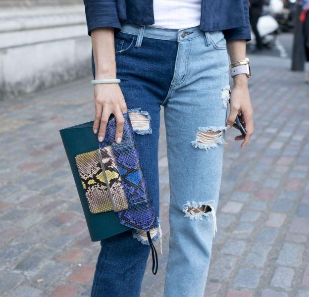 Street style d'un jean élimé de la saison.