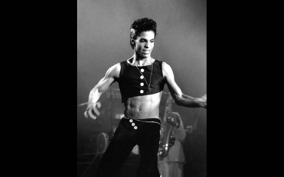 Le chanteur Prince est le premier homme a avoir adopté la mode du haut court.