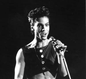 Prince portait un crop top lors d'un concert au Wembley Arena en 1986.