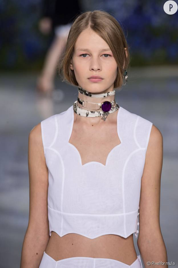 Crop top blanc de la collection Printemps-été 2016 de la maison Dior.