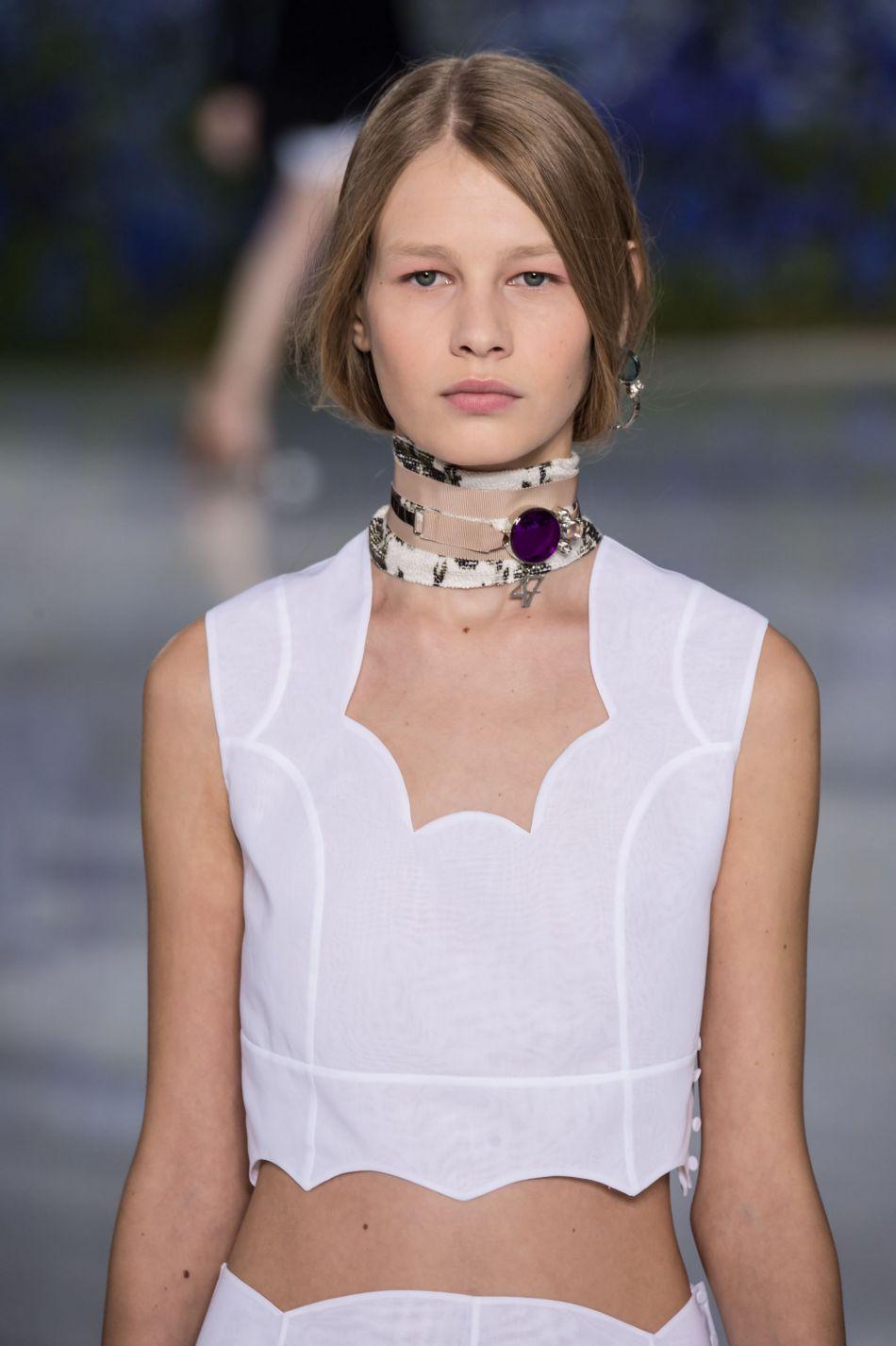 Crop top blanc de la collection Printemps-été 2016 de la maison Dior.
