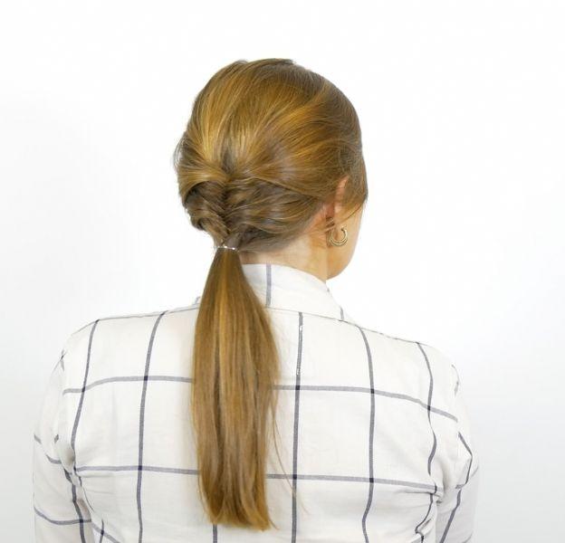 Mi-tresse épi, mi-queue basse, cette coiffure est aussi facile à réaliser qu'agréable à regarder.