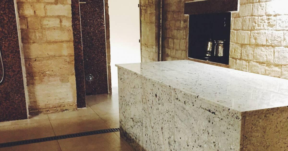 c 39 est sur une table en marbre que le soin est effectu apr s un passage au hammam. Black Bedroom Furniture Sets. Home Design Ideas