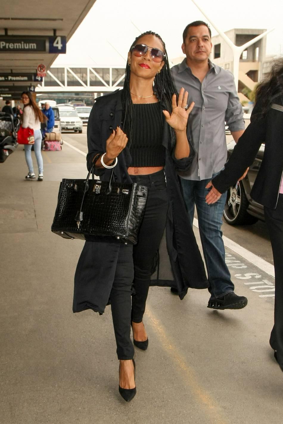 Jada Pinkett Smith opte pour un look très rock à la sortie de l'avion.