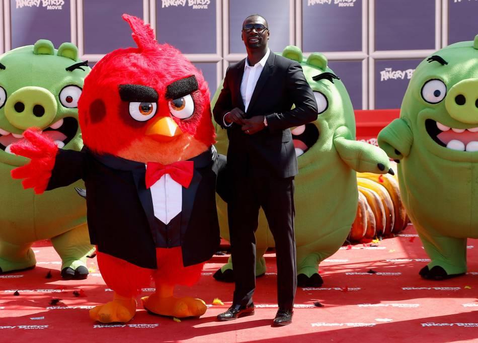 En costume black & white, Omar Sy prend déjà la pose sur le tapis rouge.