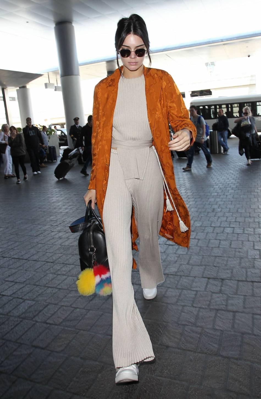 Kendall Jenner est parfaitement lookée pour prendre l'avion qui l'amène à Cannes.
