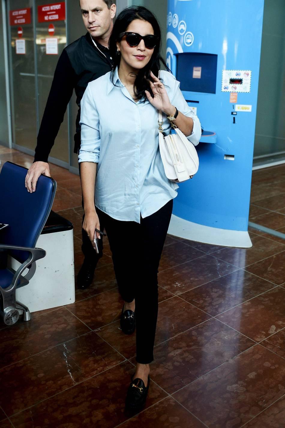 Leila Bekhti, casual mais toujours très chic à l'aéroport de Nice.