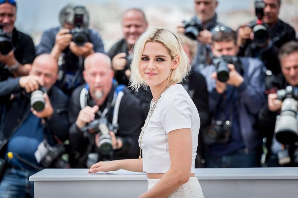 Kristen Stewart et son carré blond peroxydé, mitraillé par les photographes.