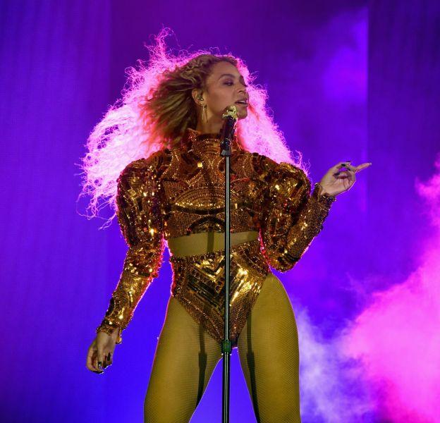 En Givenchy Haute Couture, Beyoncé semble avoir voulu faire un clin d'oeil aux tenues de Michael Jackson.