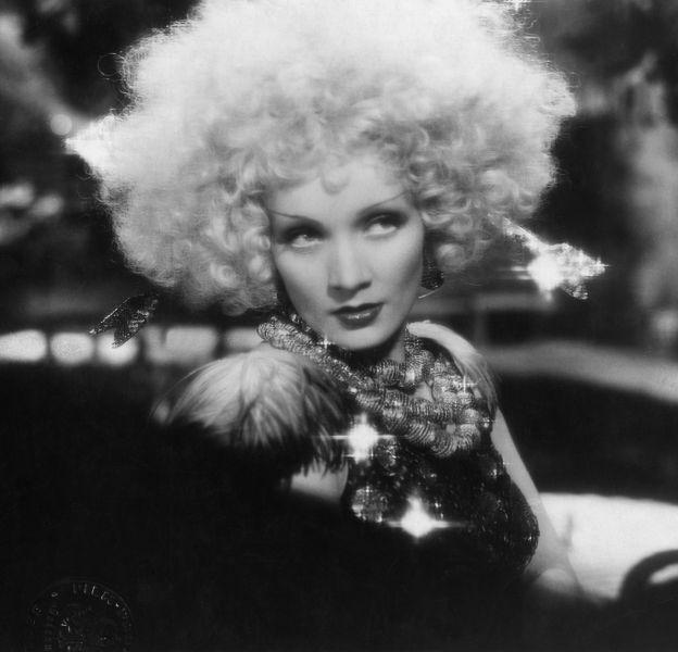 """Marlene Dietrich est la première à porter Swarovski au cinéma dans """"Blonde Vénus"""" en 1932."""