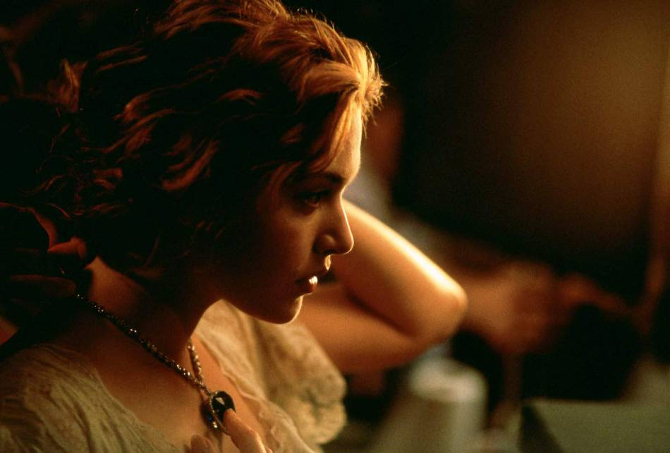 """Kate Winslet porte le """"Coeur de l'océan"""" un bijou Swarovski créé pour """"Titanic"""" en 1997."""