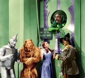 """Judy Garland et ses fameux souliers rouges recouverts de cristaux Swarovski dans """"Le magicien d'Oz"""" en 1939."""