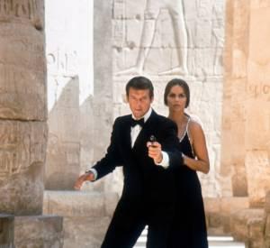 """La James Bond Girl Barbara Bach dans une robe brodée de cristaux Swarovski dans """"L'espion qui m'aimait"""" en 1977."""