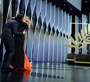 Le baiser langoureux de Catherine Deneuve et Laurent Lafitte à la cérémonie d'ouverture du 69ème Festival de Cannes.