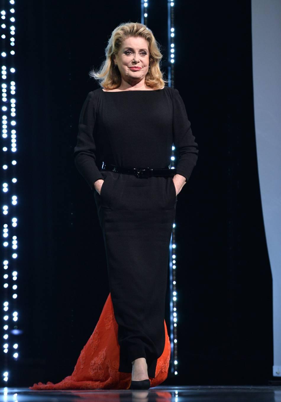 Catherine Deneuve a fait une entrée remarquée dans sa robe signée Gaultier.