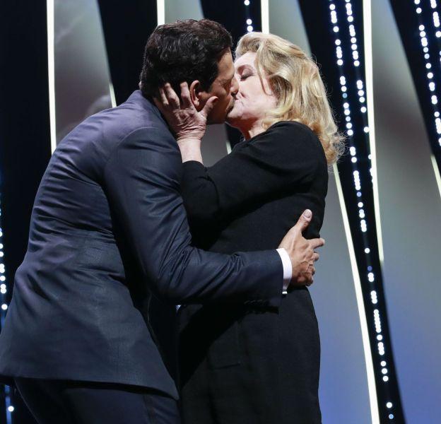 Catherine Deneuve et Laurent Lafitte ont échangé un baiser langoureux lors de la cérémonie d'ouverture du 69ème festival de Cannes.