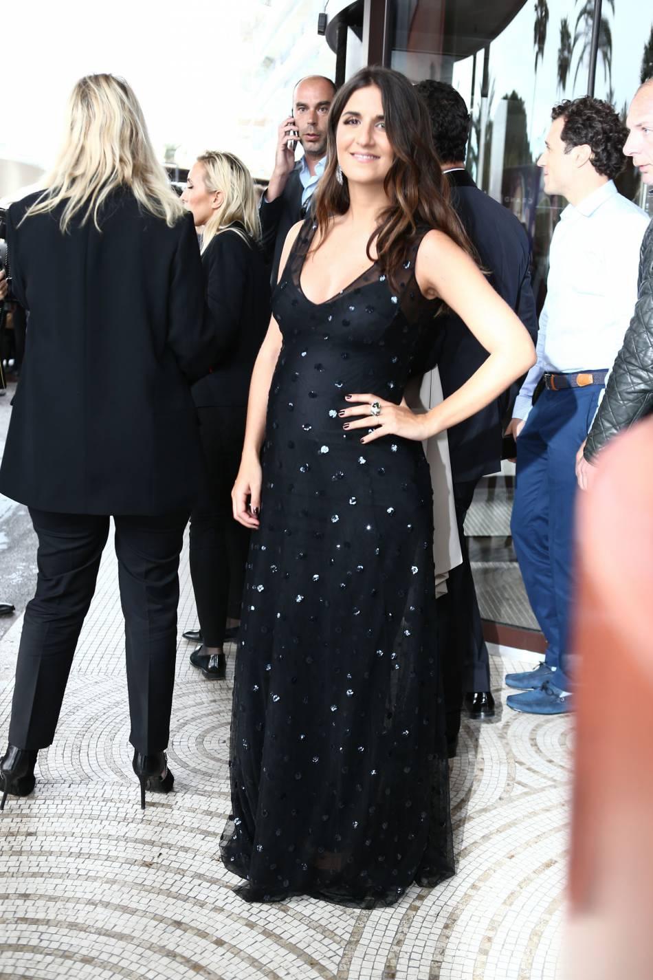 Géraldine Nakache radieuse dans sa robe noire.