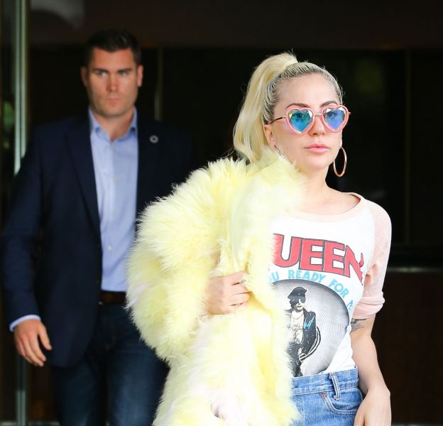 La chanteuse Lady Gaga a été vue à la sortie de son appartement à New York avec un nouveau style décalé.