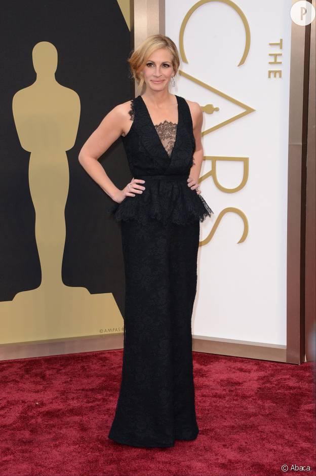 44c141cf284 Sur le tapis rouge des Oscars dans sa robe Givenchy Haute Couture en  dentelle à basque