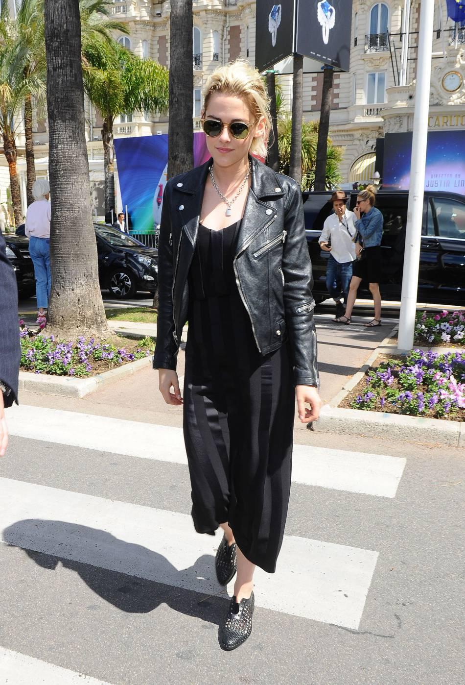 Kristen Stewart joue la carte de la sobriété et mixe style rock et chic.