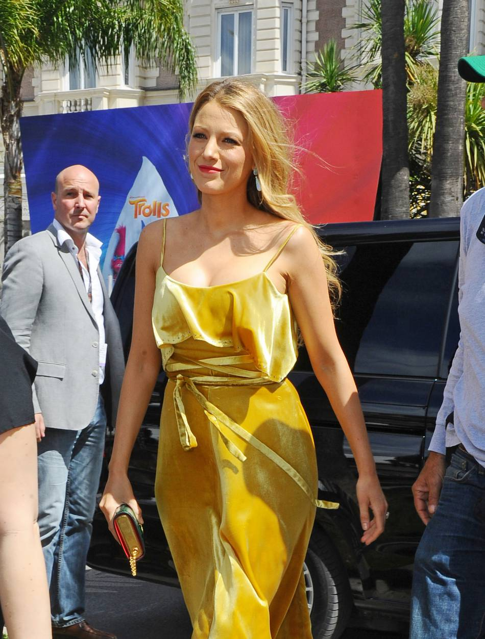 Blake Lively opte pour le jaune canari et est inratable sous le soleil de Cannes.