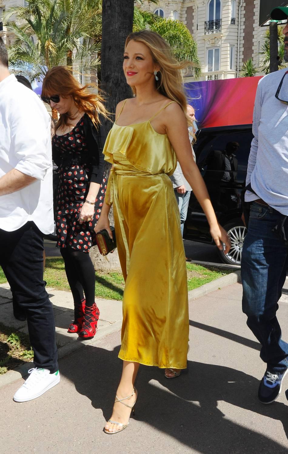 Blake Lively porte des escarpins Jimmy Choo argentés pour se rendre au Nikki Beach à Cannes.