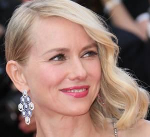 """Naomi Watts porte une paire de boucles d'oreilles """"Serpenti"""" de la collection Haute Joaillerie """"Mediterranean Eden"""" de Bulgari."""
