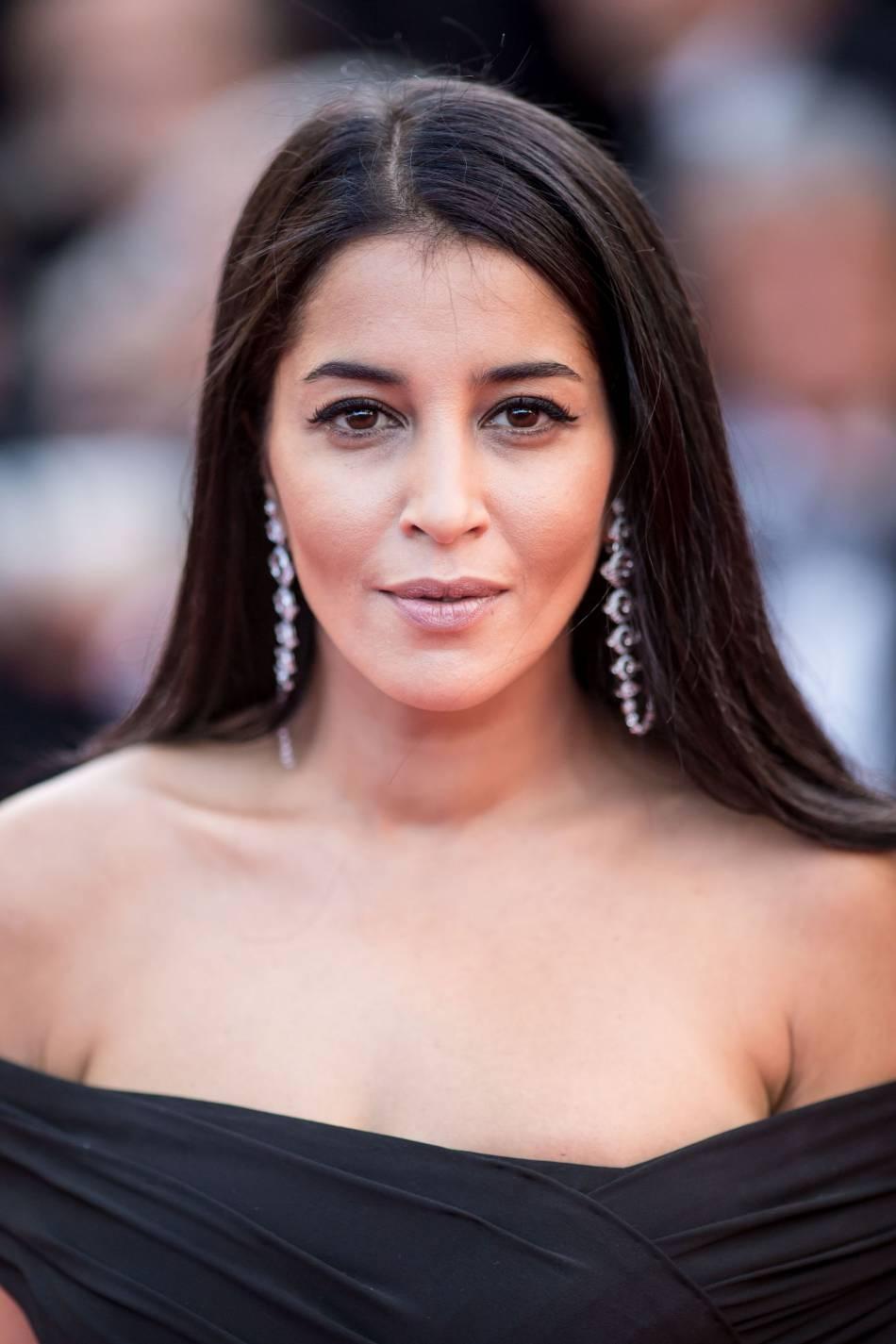 """Leïla Bekhti porte les boucles d'oreilles """"Ricochet"""" de Boucheron."""
