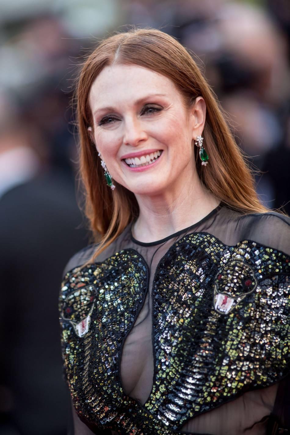 Julianne Moore porte des boucles d'oreilles Chopard Haute Joaillerie.