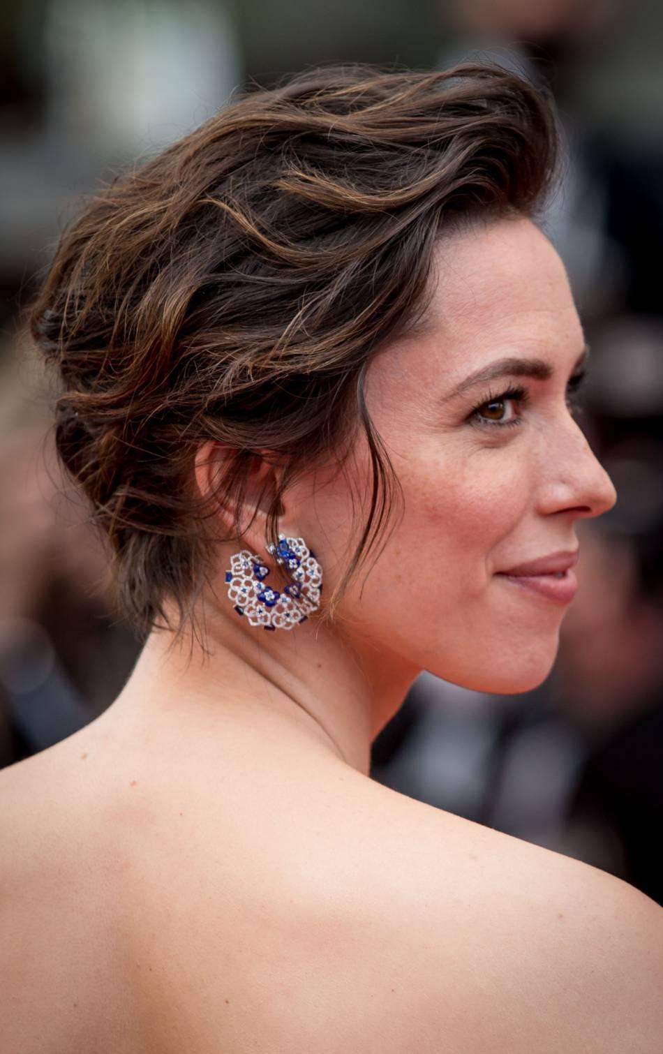 """Rebecca Hall porte des boucles d'oreilles """"Hortensia"""" de Chaumet."""