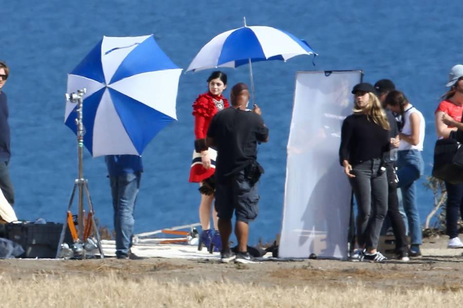 Kylie Jenner prend la pose du haut des falaises d'El Pescador.